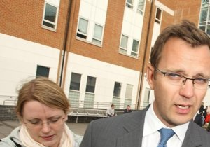 Скандал вокруг News Of The World: Коулсон отпущен под залог до октября