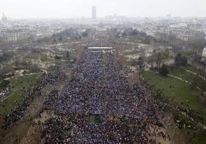 Противники однополых браков озадачили мэрию Парижа тысячами чеков на мелкие суммы