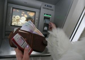 В Украине существенно увеличилась сумма операций с платежными картами
