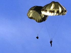В России ищут двоих парашютистов, прыгнувших под присмотром пьяного руководителя