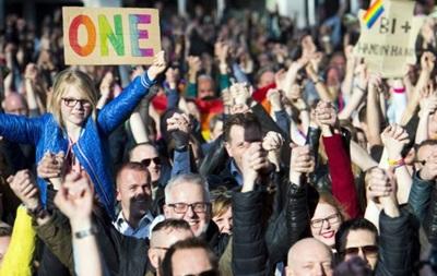 Тысячи голландцев вступились за избитых геев