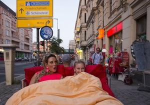 Путешествие под одеялом. В Берлине туристам предлагают проехаться по центру на кровати