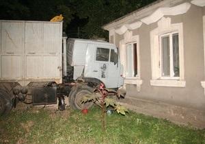 В Николаеве водитель КамАЗа на ходу выпал из кабины, после чего машина врезалась в дом