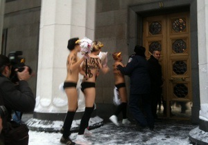 В ВР прорвались раздетые активистки Femen