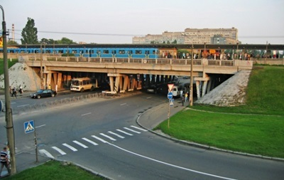 У Києві обмежать рух біля метро Лівобережна
