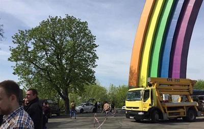 Розфарбування арки Дружби народів заблокували