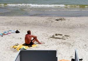 На одесском пляже водитель автомобиля переехал двоих отдыхающих
