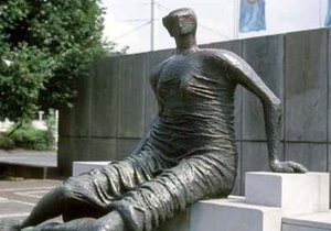 Район Лондона продает скульптуру Генри Мура из-за сокращения бюджета