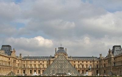 Площадь перед Лувром снова открыта для людей