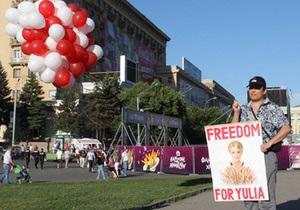 В харьковской фан-зоне Евро-2012 запустили в воздух белые и красные шары с плакатом Юле-волю!