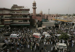 Жертвами нападения террористов на пакистанские мечети стали 56 человек