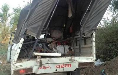 В Індії вантажівка зірвалася в прірву: 11 жертв
