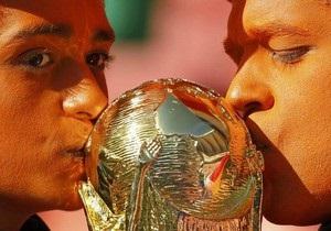 В Колумбии сделали копию кубка мира по футболу из кокаина