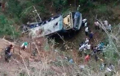У Мексиці при падінні автобуса в ущелину загинули 16 людей