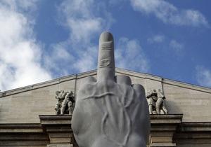 Скандальную скульптуру гигантской руки с вытянутым средним пальцем оставят в Милане до лета