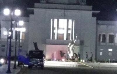 У Бангладеш на вимогу ісламістів зносять статую Феміди