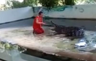 В Таиланде крокодил прокусил голову дрессировщику