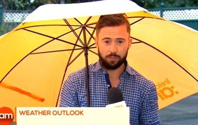 В Ирландии телеведущего сдуло ветром в эфире
