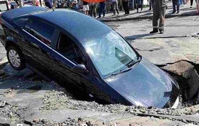У Києві під асфальт провалився Opel з немовлям