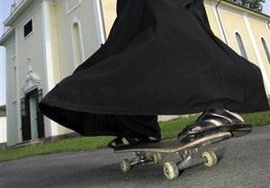 Венгерский священник прославился ездой на скейтборде
