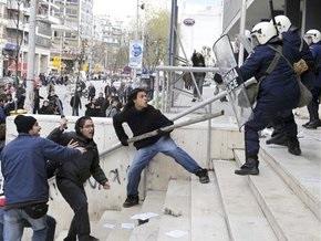 Афинская молодежь разгромила витрины двух банков