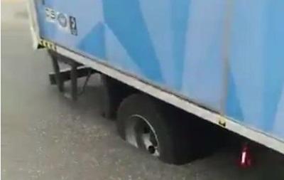 У Кувейті вантажівка застрягла в розплавленому спекою асфальті