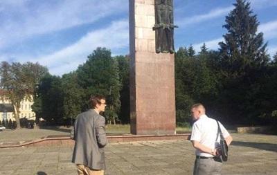 У Львові демонтують монумент Слави