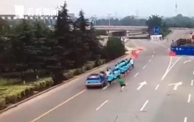 У Китаї таксист врізався в колону бігунів, є жертви