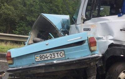 В Львовской области легковушка протаранила грузовик: есть жертвы