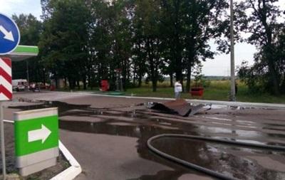 У Київській області авто врізалося в заправку