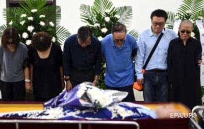 Урну с прахом нобелевского лауреата Лю Сяобо погрузили в море