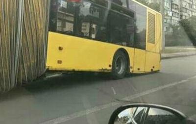У Києві на ходу розвалився автобус
