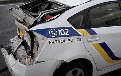 В Киеве грузовик протаранил автомобиль полиции