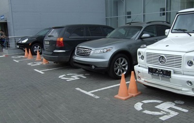 Порошенко підписав закон про штрафи за парковку на місцях інвалідів
