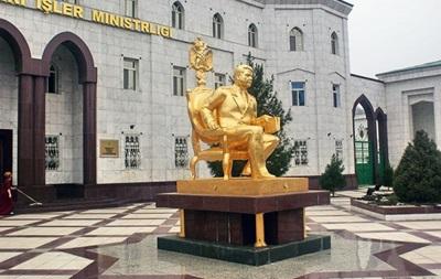 В Ашхабаді прибрали позолочений пам ятник туркменбаші