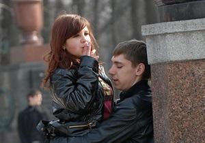 Опрос: Четверть украинских подростков пробовали наркотики, каждый пятый - курит ежедневно