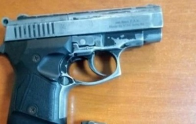 У метро Києва затримали чоловіка зі зброєю