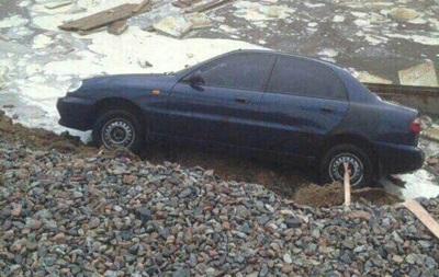 В Киеве на Борщаговке под асфальт провалились авто