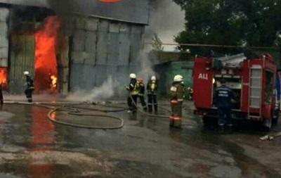 В Киеве на Печерске горят склады