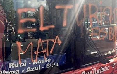 У Барселоні люди в масках напали на автобус з туристами