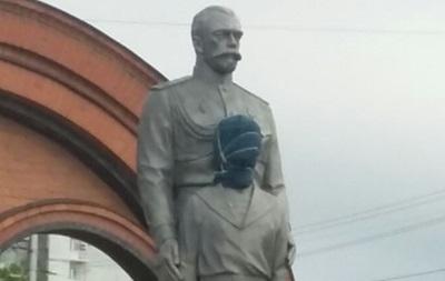 Житель Новосибирска пытался  зарубить  памятник Николаю II