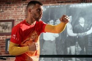 Ломаченко провів відкрите тренування у вогненній футболці