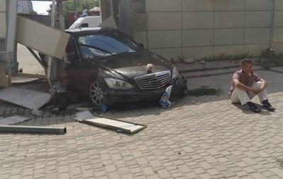 У Харкові Mercedes врізався в зупинку