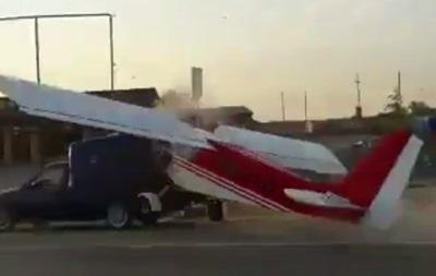 В Чечне самолет врезался в автомобиль