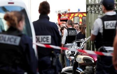 Под Парижем автомобиль врезался в группу военных
