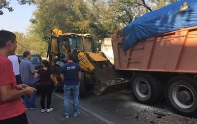 У Києві КамАЗ без водія протаранив три авто