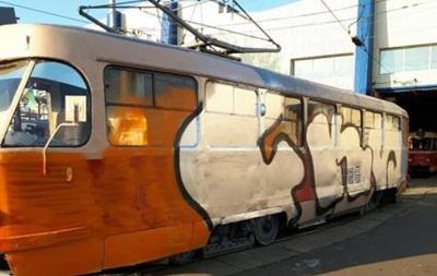 У Києві невідомі зупинили трамвай, щоб його розмалювати