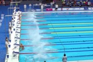 Пловец проигнорировал старт, в одиночку оставшись стоять над бассейном