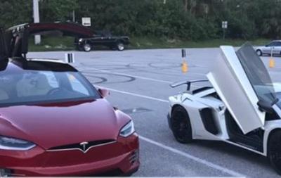Электромобиль Tesla обогнал спорткар Lamborghini
