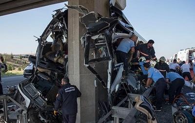 У Туреччині автобус врізався в опору мосту: є загиблі